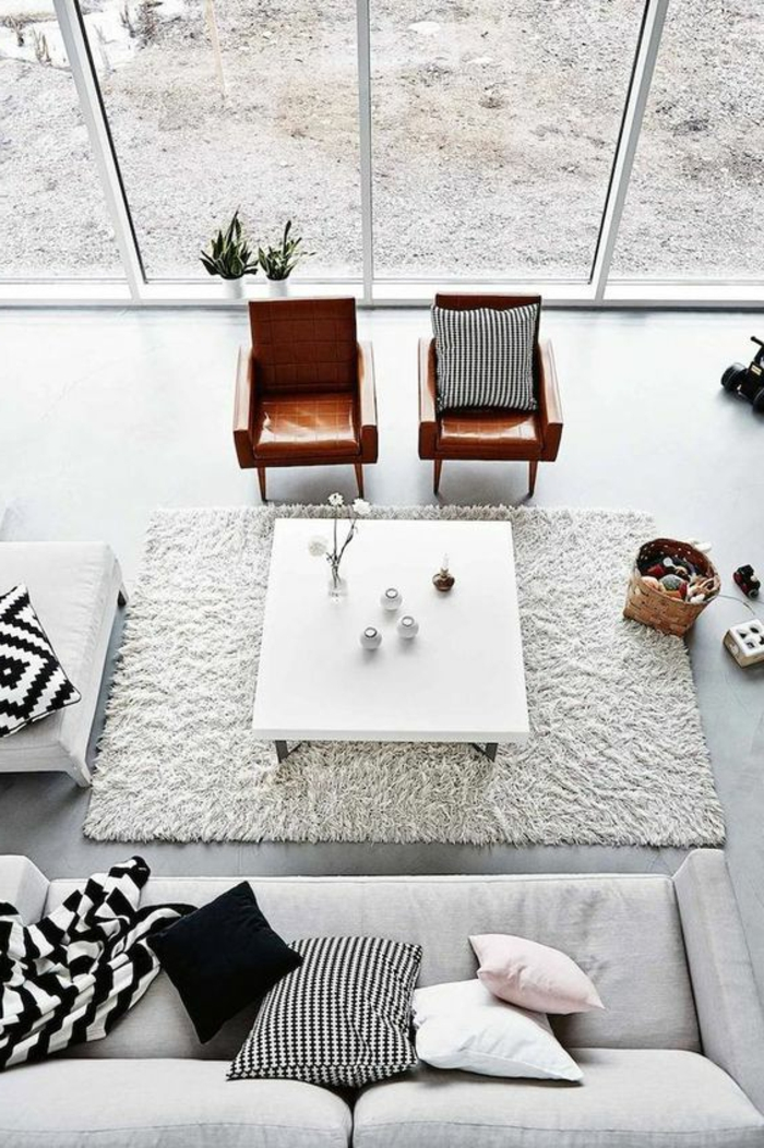 maison minimaliste, table carrée blanche et deux chaises en cuir, tapis rectangulaire