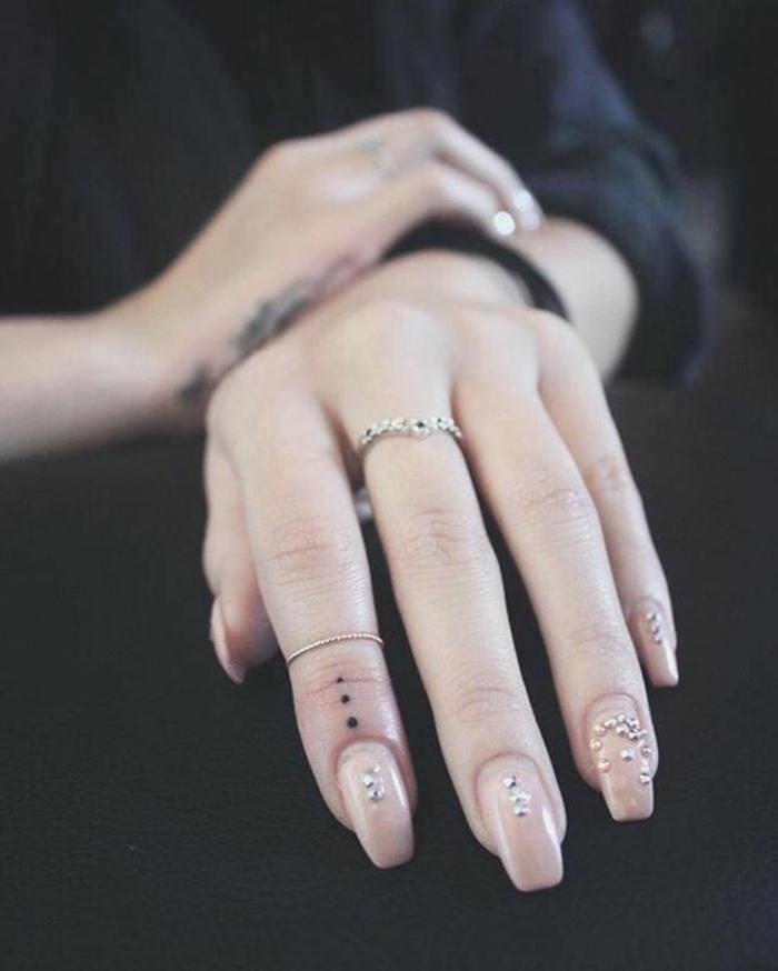 un tatouage main élégant et subtil, idée pour un premier tatouage réussi, tatouage pointillé