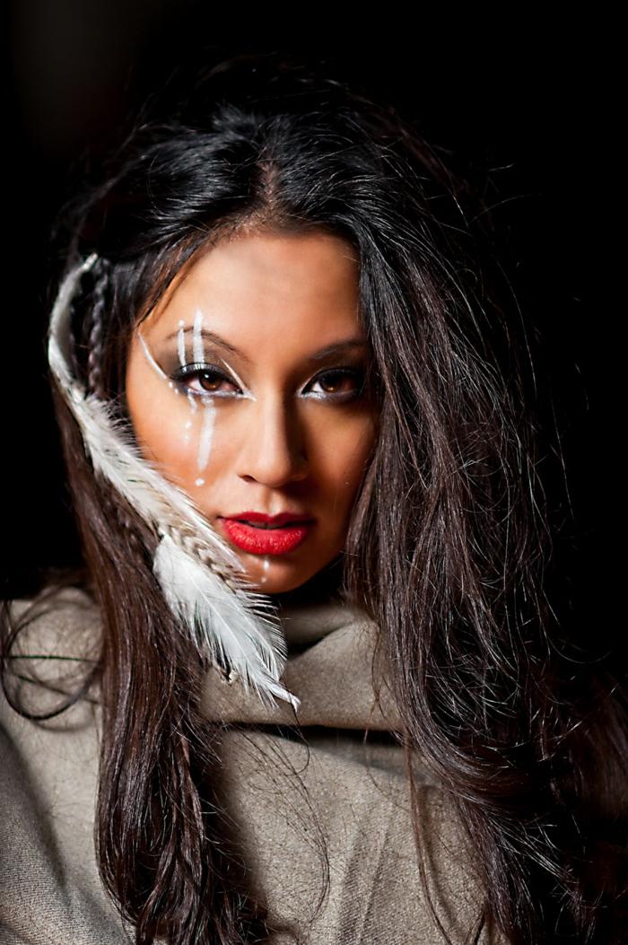 maquillage indien, raies blanches autour de l'oeil et petite tresse latérale