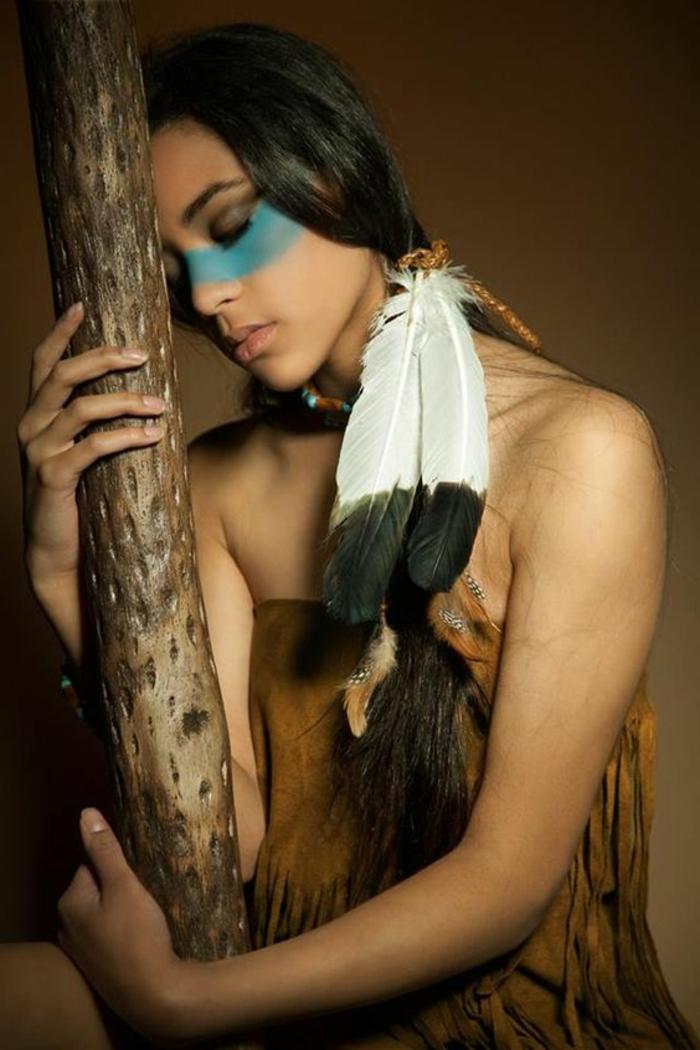 maquillage indienne, deux plumes en noir et blanc, coiffure style Pocahontas