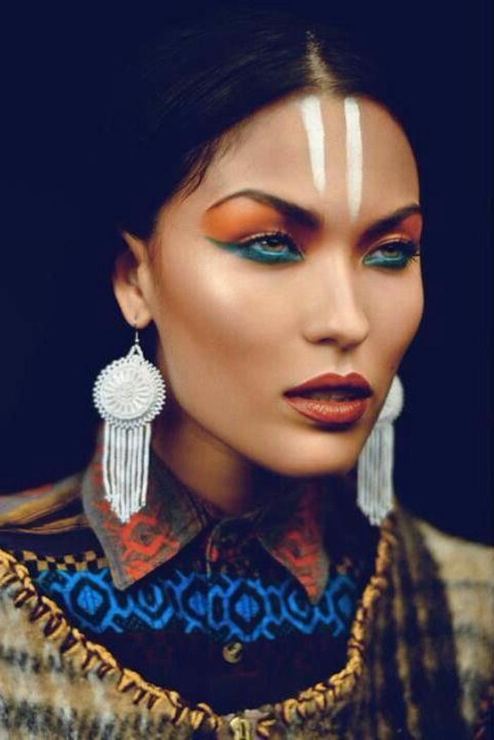 maquillage indienne, deux raies verticales blanches, boucles d'oreilles blanches