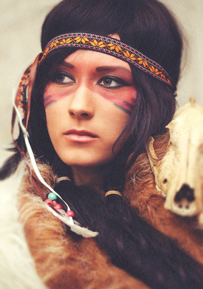 maquillage indienne, bande de cheveux en noir et jaune, masque pour yeux en face painting