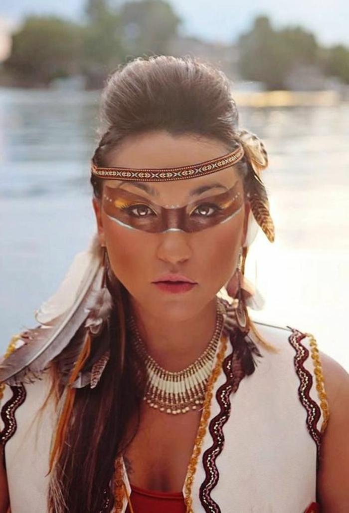 maquillage indienne, raie marronne au niveau des yeux, bandeau cheveux et plumes dans les cheveux