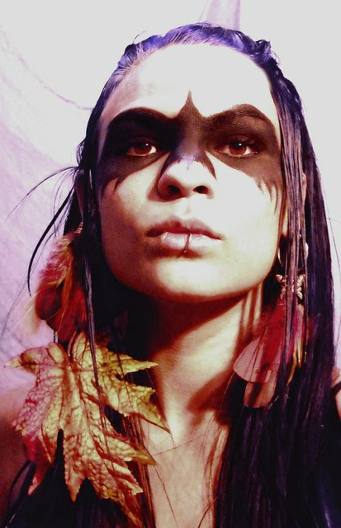 maquillage indienne femme, parement de feuilles sèches et dessin d aigle