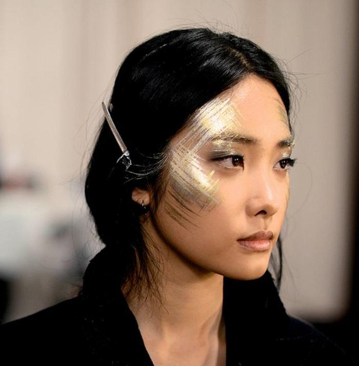 maquillage indienne, pommettes soulignées en doré et argenté