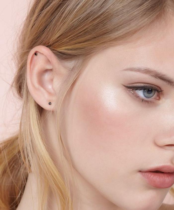 maquillage léger avec eyeliner et lèvres doucement soulignées