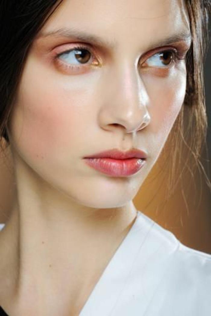 maquillage léger, fard à paupières rose et yeux couleur noisette