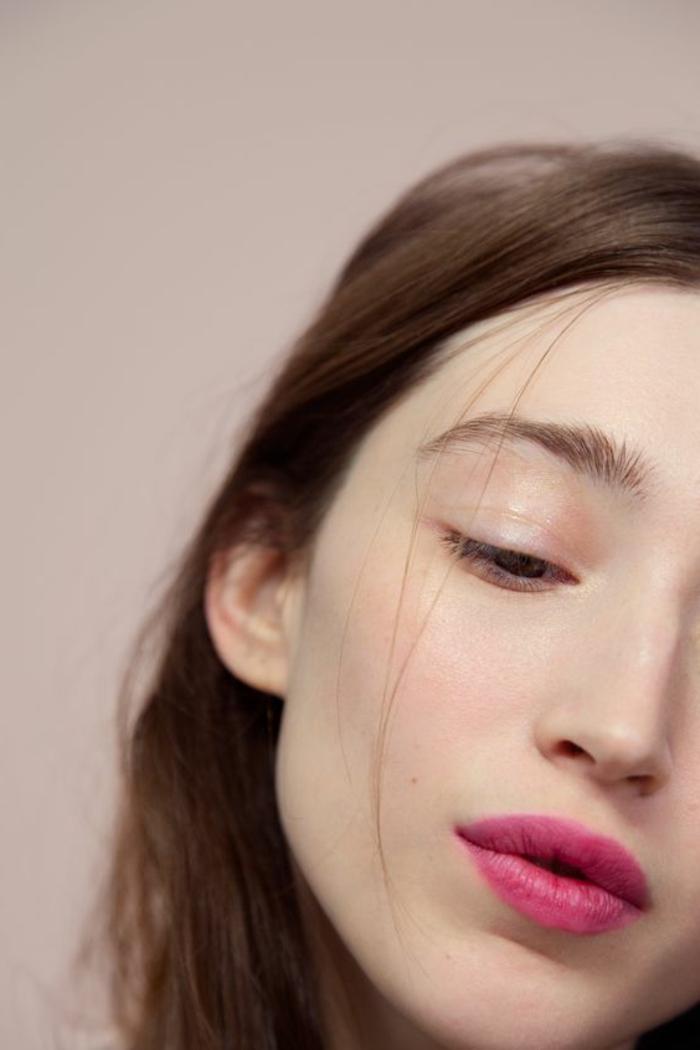 maquillage léger, yeux marron, lèvres couleur cyclamen