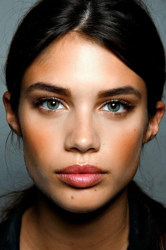 maquillage léger, cheveux noirs et yeux bleus au fard marron