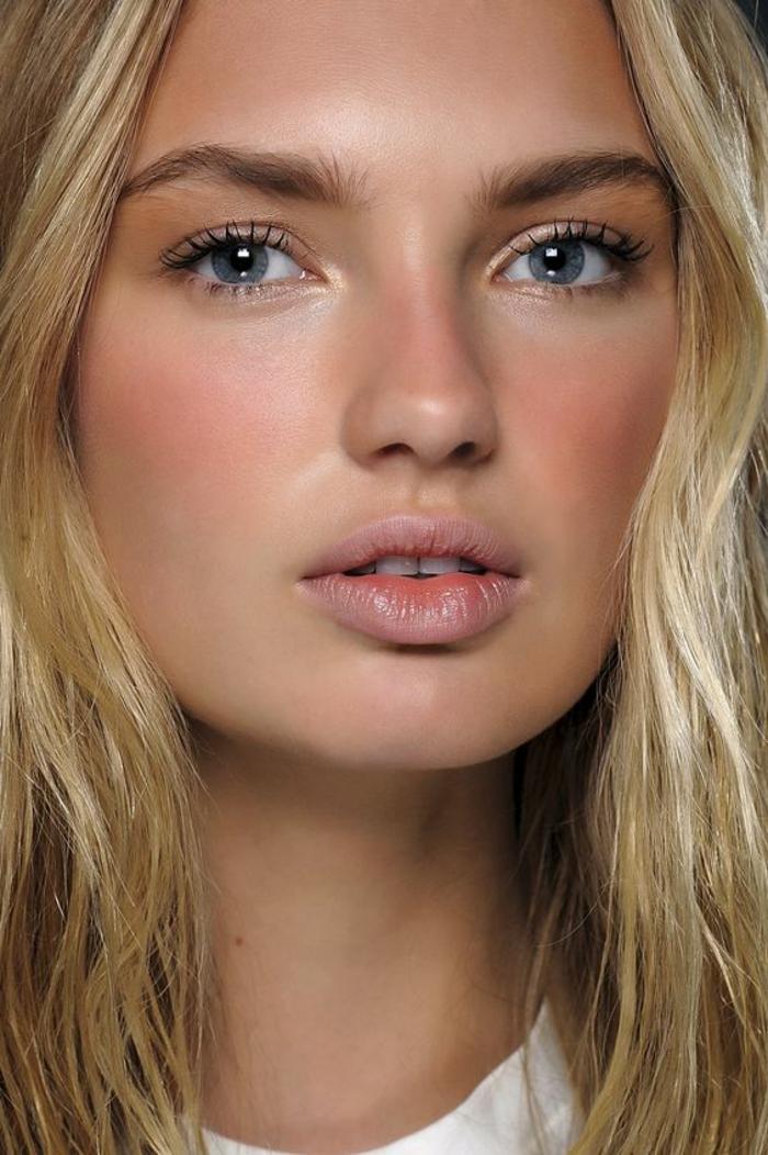 maquillage léger, visage contouré et maquillage des yeux couleur bronze