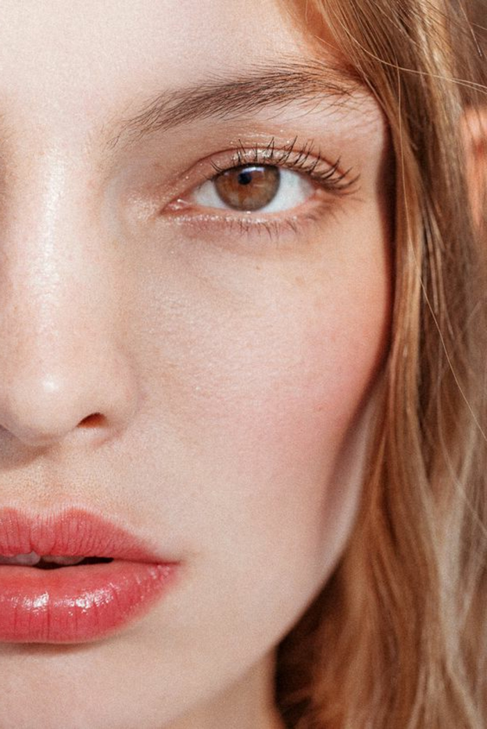 maquillage léger, smokey eye beige orange et lèvres soulignées