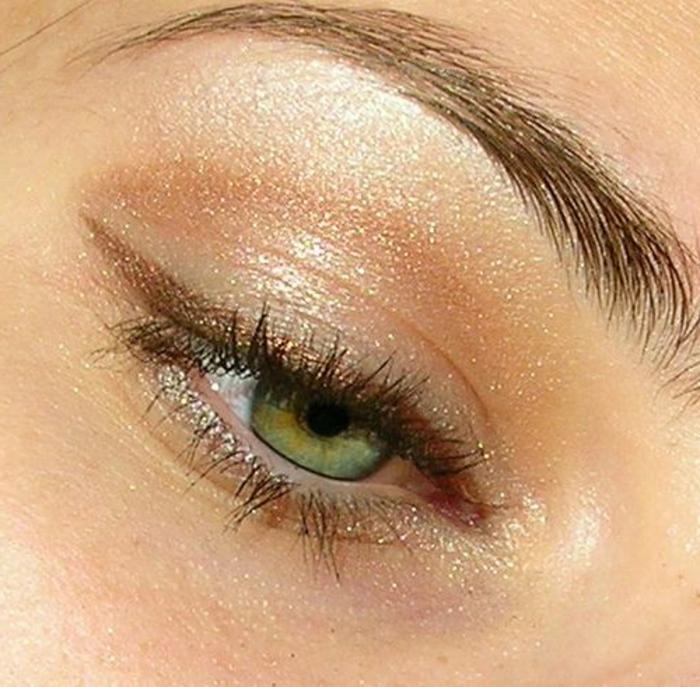 maquillage léger, fard à paupières scintillant, yeux clairs