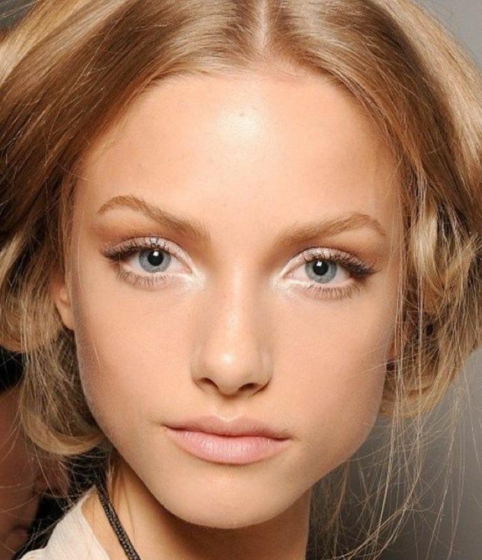 maquillage naturel, cheveux blonds et yeux bleus, fard à paupières couleur caramel