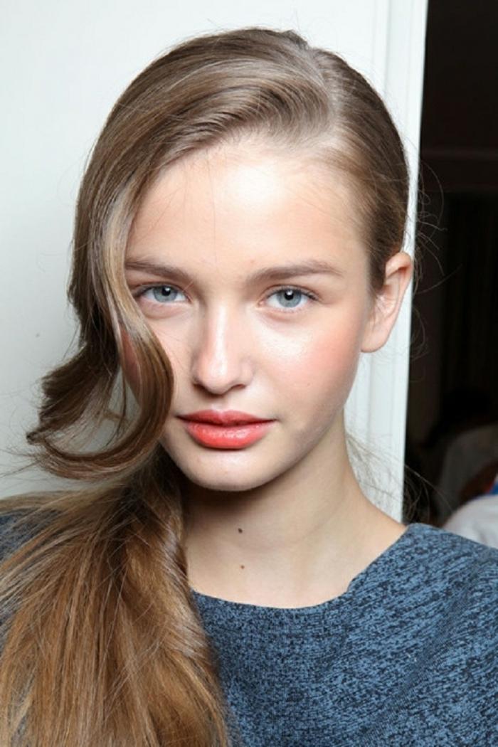 maquillage naturel, lèvres oranges, belle coiffure de tous les jours