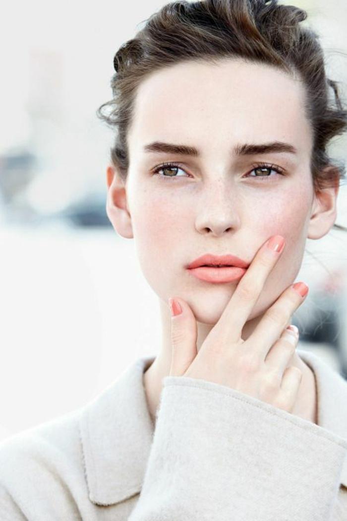 rouge à lèvre corail, un maquillage naturel des yeux, joli teint pâle