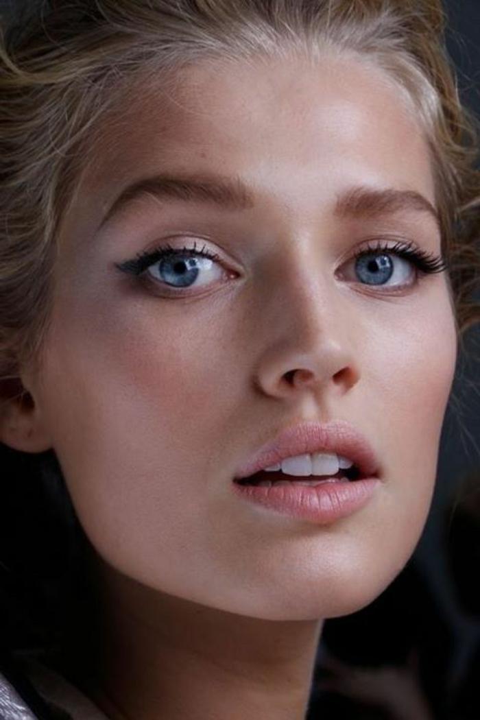 maquillage naturel yeux bleus et cheveux blonds, petite trace au coin de l'oeil