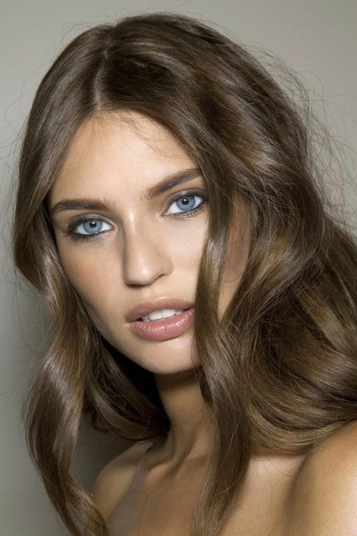 maquillage naturel yeux bleus, cheveux ondulés et fard à paupières en couleur neutre