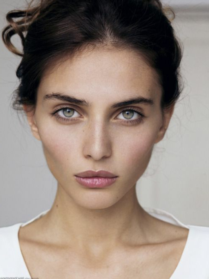 maquillage naturel yeux bleus, cheveux noirs et yeux clairs, lèvres douces