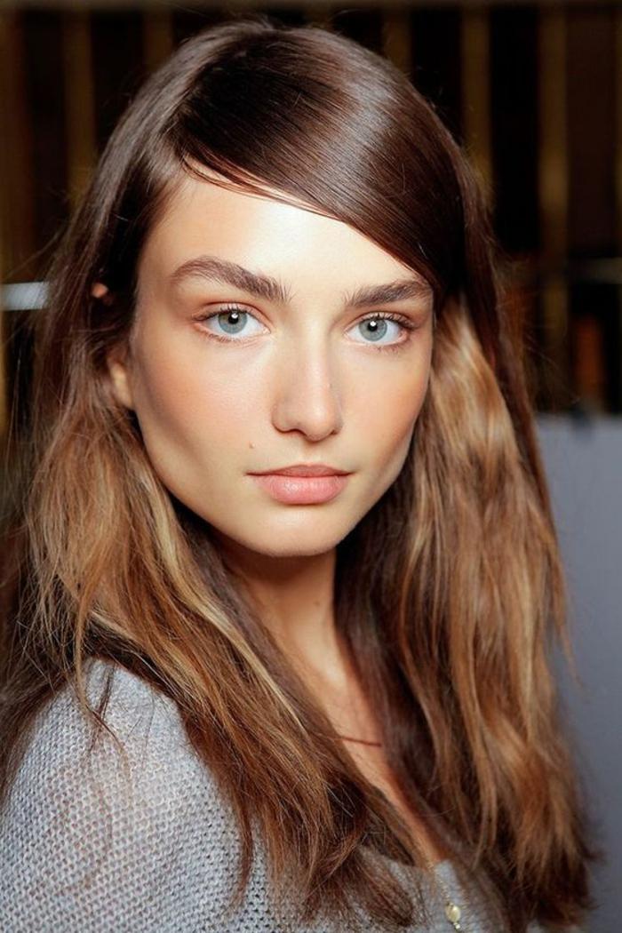 maquillage naturel yeux bleus, fard à paupières pêche, frange lisse de côté collée au front