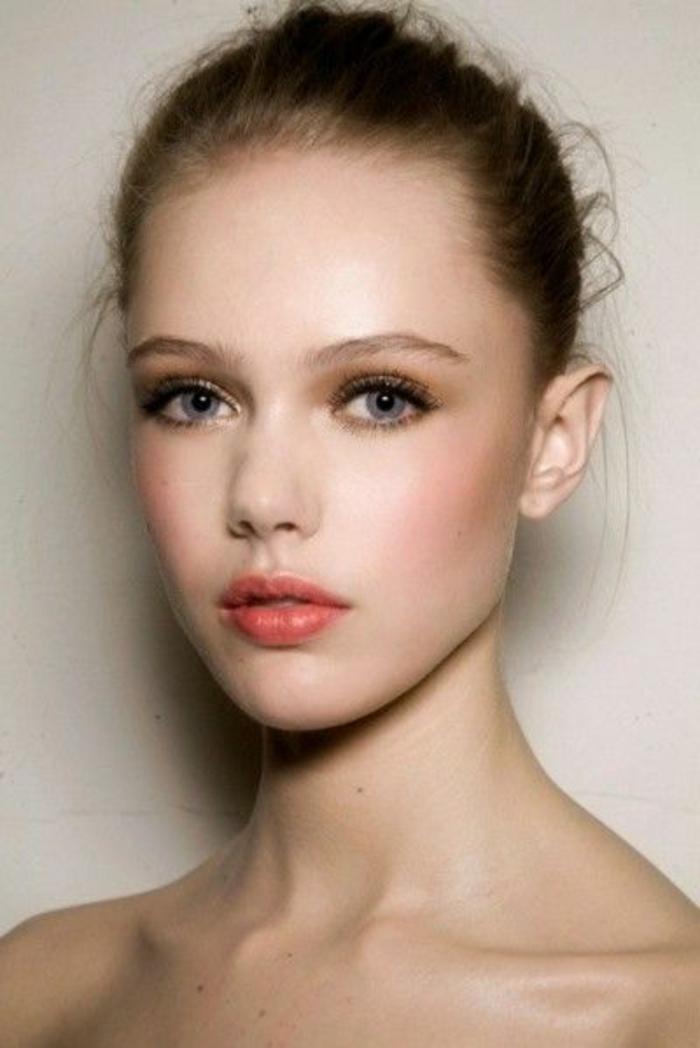 maquillage naturel yeux bleus, lèvres oranges, maquillage des yeux marron