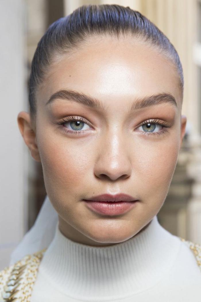 maquillage naturel yeux bleus, sourcils bien soutenus, yeux bleus-verts