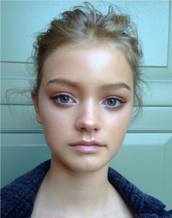 maquillage naturel, yeux soulignés de couleur pêche et un gloss rose