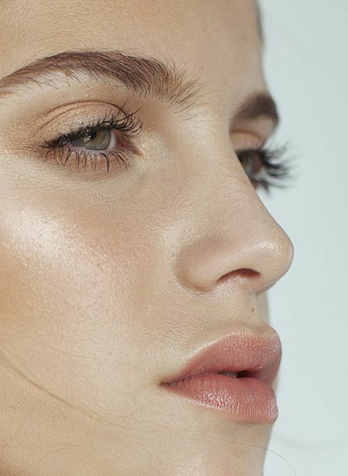 maquillage naturel, yeux contourés de couleur doré