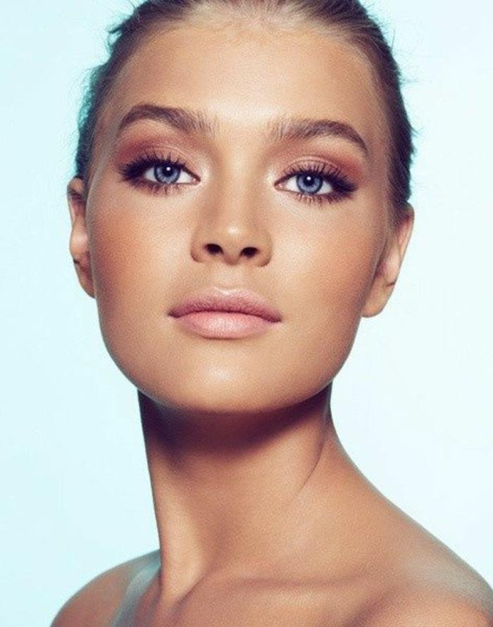 maquillage naturel, fard beige foncé sur les yeux et lèvres roses