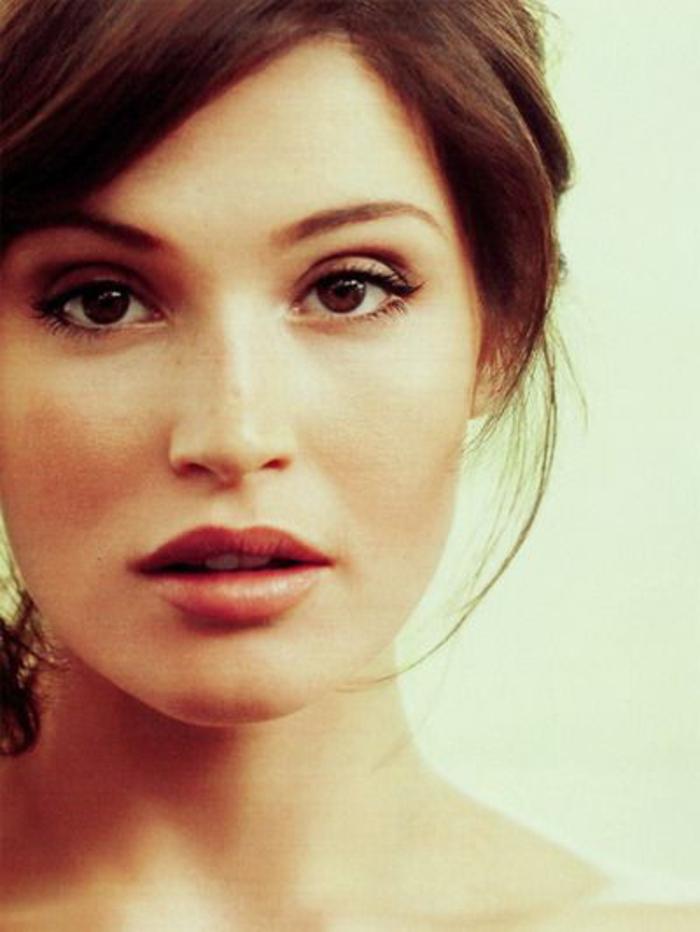 maquillage naturel, coiffure avec frange et yeux marrons