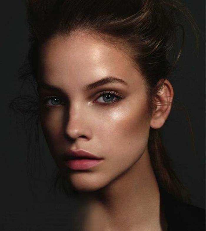 maquillage naturel, lèvres roses, ombres à paupières en beige foncé