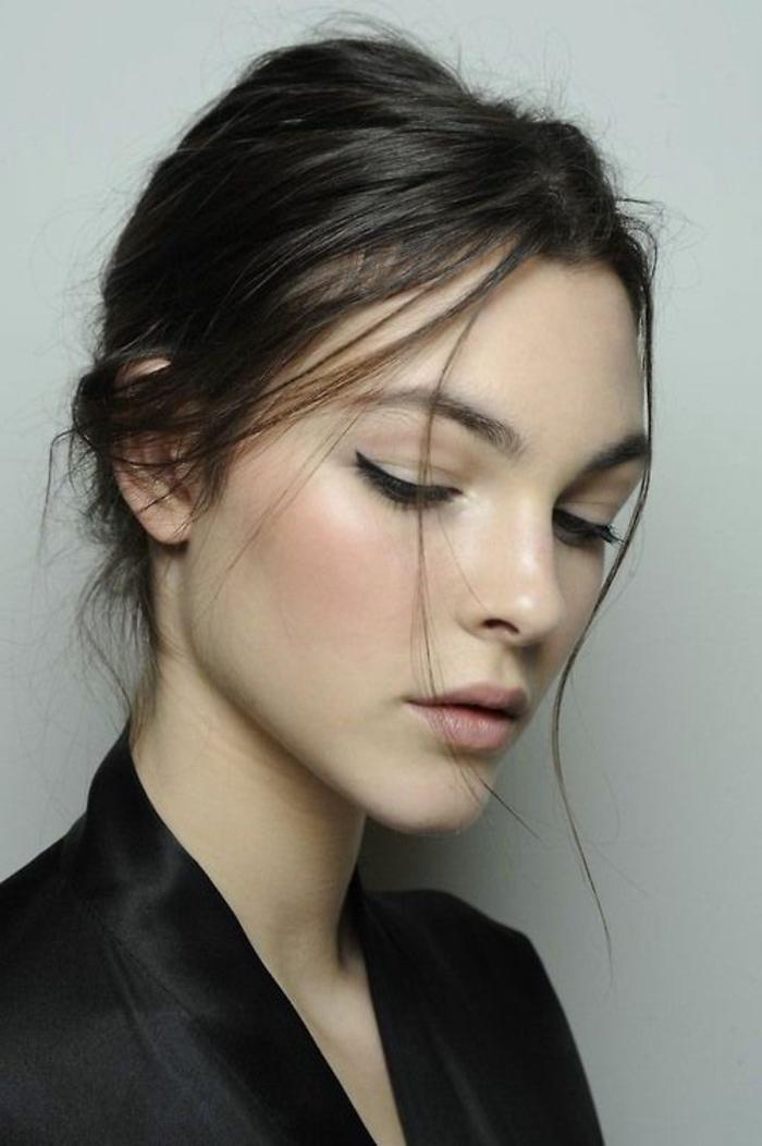 maquillage naturel, fard neutre et eyeliner sur la paupière