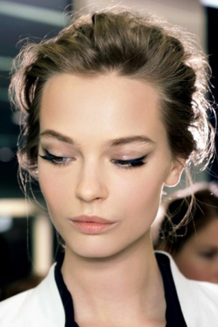 maquillage nude, pommettes couleur pêche, trait d'eye liner