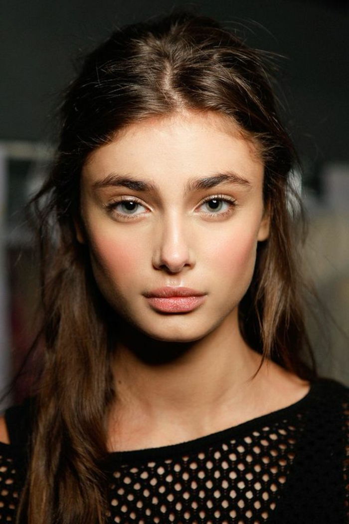 maquillage nude, pommettes roses, yeux contourés