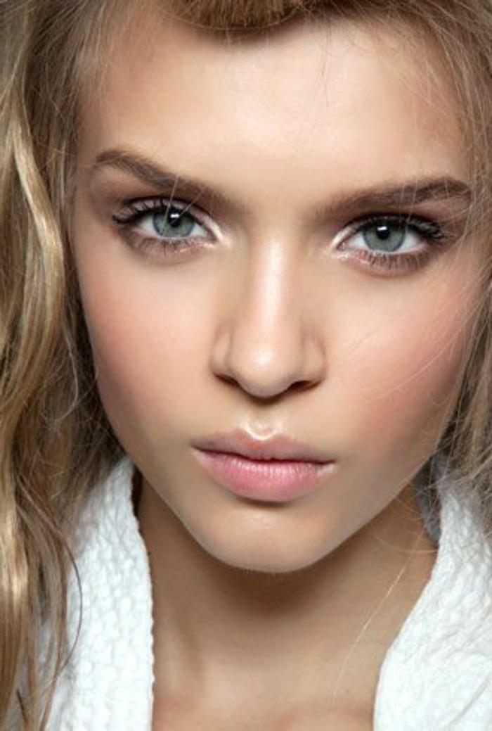 maquillage nude, fard couleur taupe, yeux bleus et lèvres roses
