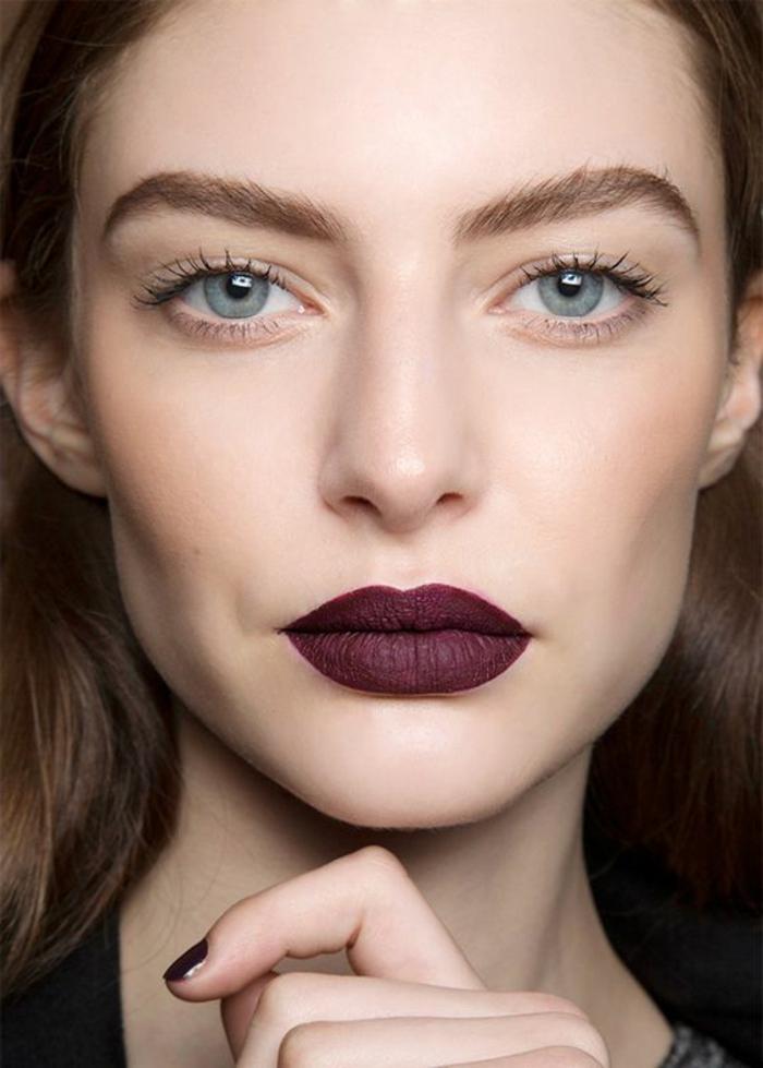 maquillage nude, lèvres soulignés et maquillage des yeux simple