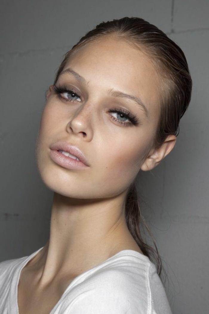 maquillage nude pour yeux bleus, gloss à lèvres rose