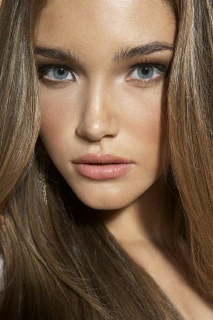 maquillage nude yeux bleus, joli maquillage pour peau bronzée éclatante