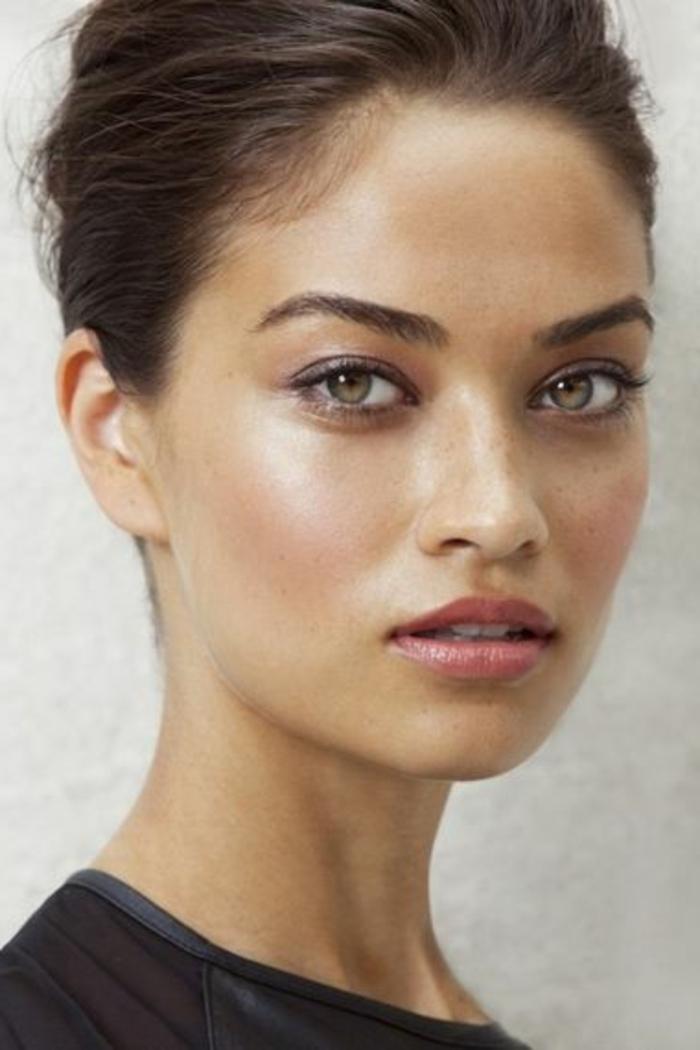 maquillage yeux naturel, chignon et maquillage yeux verts