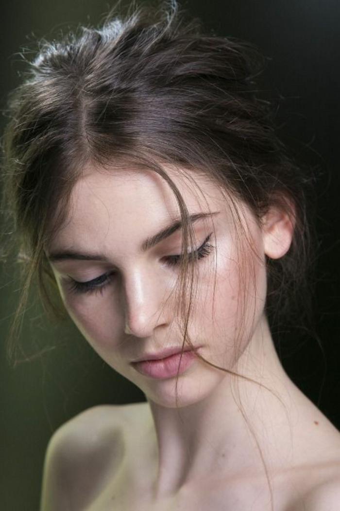 maquillage yeux naturel, pommettes roses et trait d'eyeliner