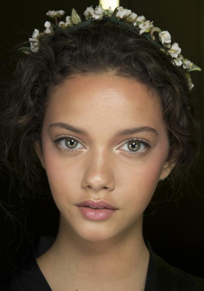 maquillage yeux naturel, lèvres façon nude, yeux contourés