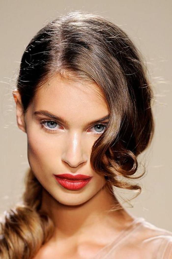 maquillage yeux naturel, lèvres rouges et frange ondulante