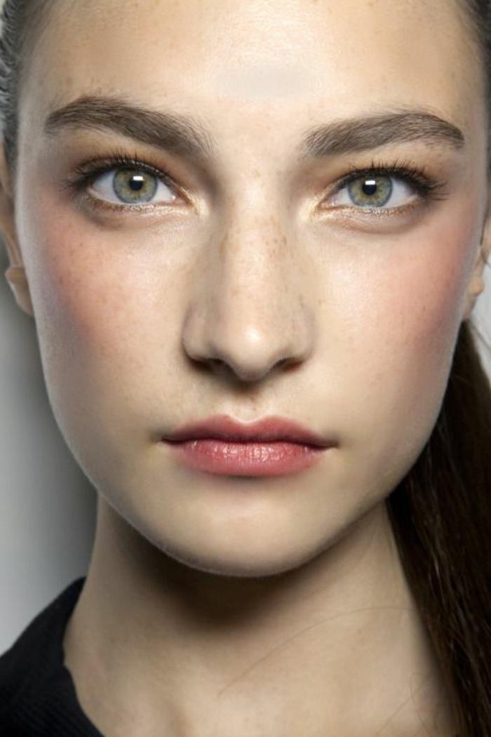 maquillage yeux naturel, pommettes pêche, yeux verts