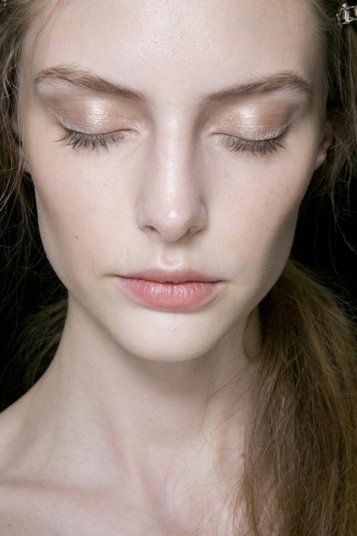 maquillage yeux naturel, teint égal et fard à paupières aux éclats perlés