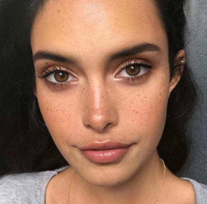 maquillage yeux nude, mascara et fard à paupières rose