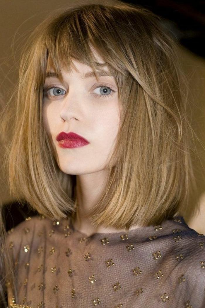 maquillage yeux nude, lèvres rouges et carré frangé