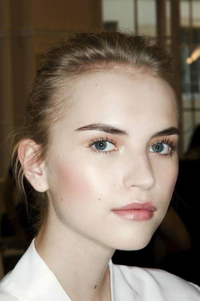 maquillage yeux nude, maquillage simple au fard rose et lèvres soulignées