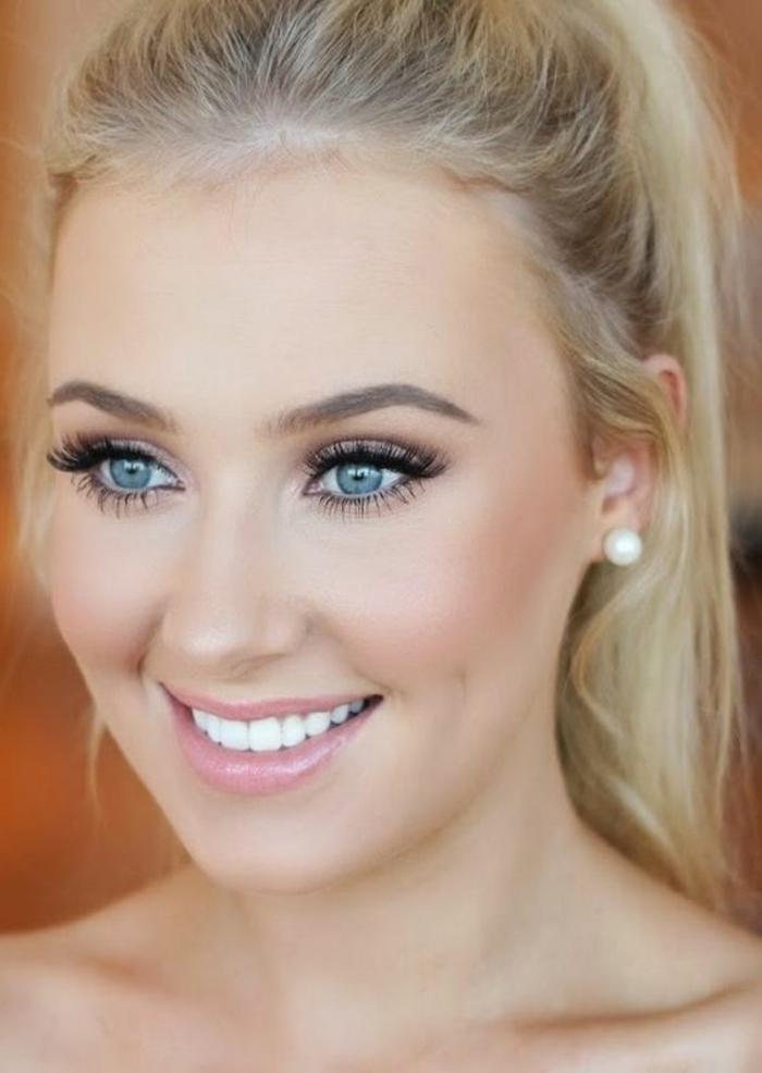 maquillage yeux nude, teint pâle et pommettes roses