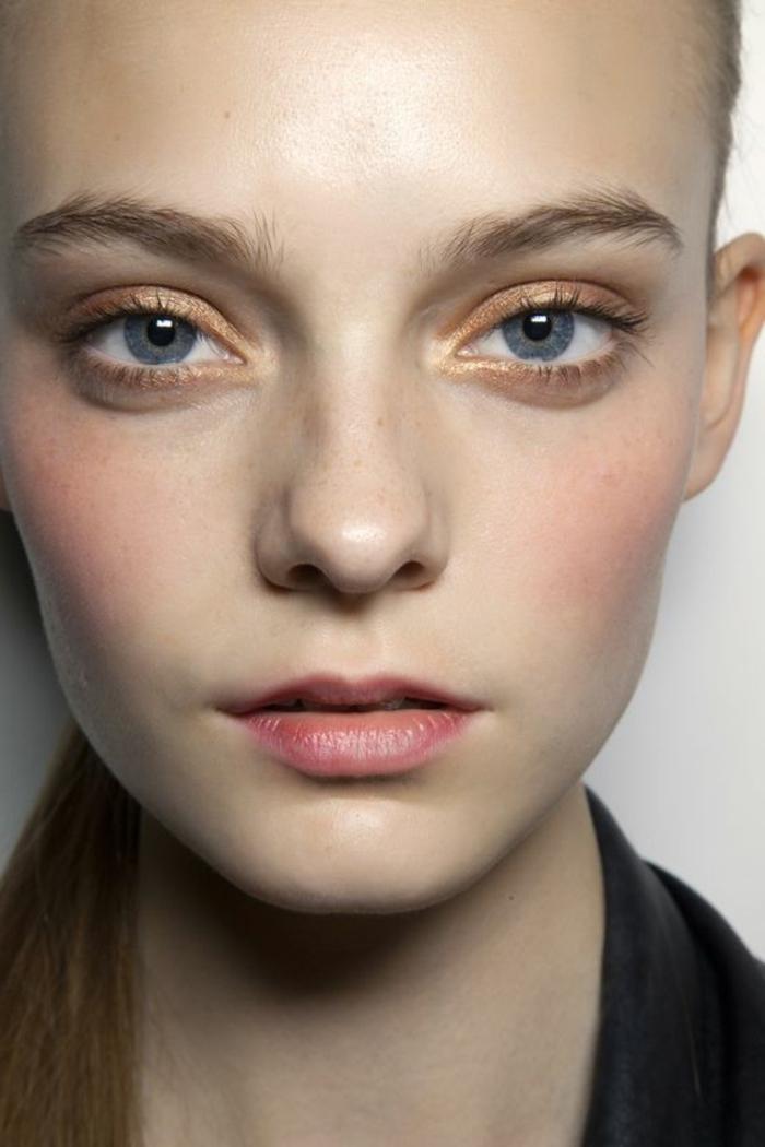 maquillage yeux nude, paupières dorées et lèvres touchées d'un peu d'orange