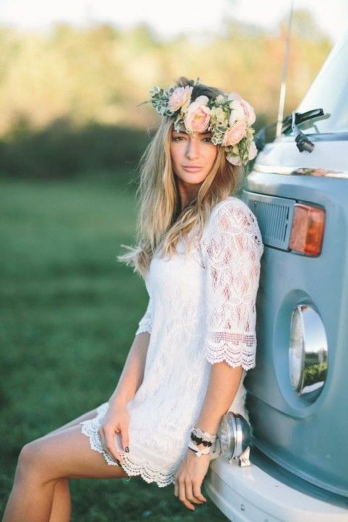 une robe de mariée courte dentelle à coupe droite pour une vison bohème chic