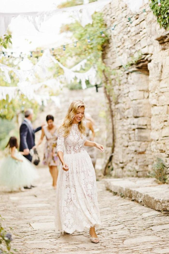 mariage bohème chic, robe de mariée dentelle un peur conservateur à manches longues
